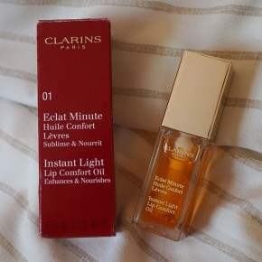 6 benefits of using the Clarins Instant Light Lip Comfort Oil